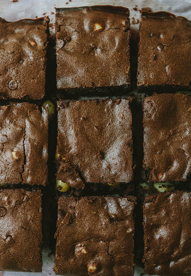 #GrainFree Macadamia Nut Brownies for #EmsPigletParty | Soletshangout.com #glutenfree #cassavaflour #yuca #chocolate #brownies #paleo #primal
