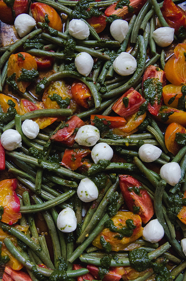 Roasted Tomato & Green Bean Caprese Salad by @SoLetsHangOut // www.soletshangout.com #caprese #vegetables #roastedtomatoes #greenbeans #glutenfree #primal #vegetarian