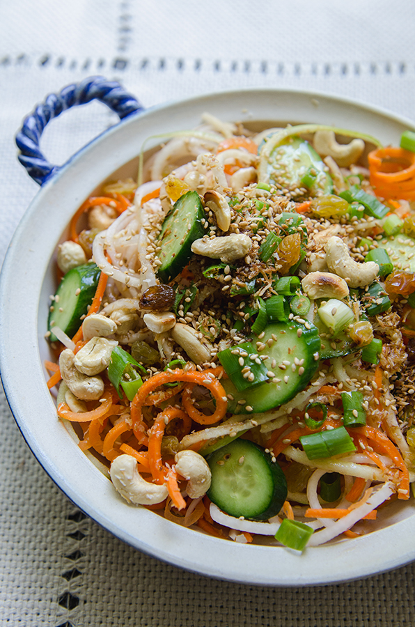 Daikon And Carrot Noodle Salad With Sesame Ginger Dressing by @SoLetsHangOut // #glutenfree #paleo #vegan #salad #spiralized #carrotnoodle #daikon #spiralizer #asian #sesame #ginger