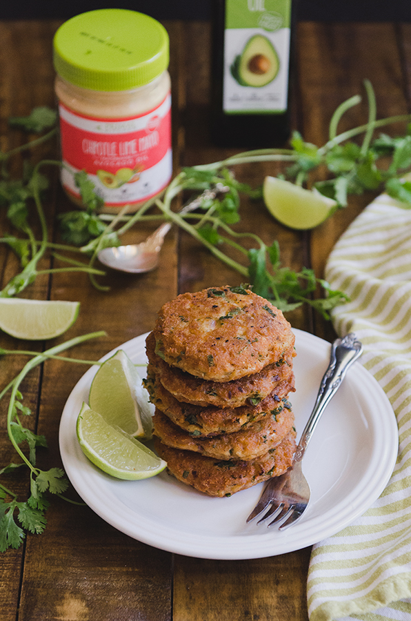 These Chipotle Lime Salmon Cakes from @SoLetsHangOut are #glutenfree #paleo and #whole30!