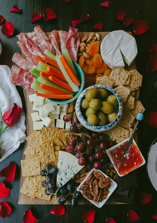 How To Build An Epic Gluten-Free Cheese Board by @SoLetsHangOut// perfect for #valentinesday! #cheeseboard #cheeseplate #cheese #glutenrfree #platter