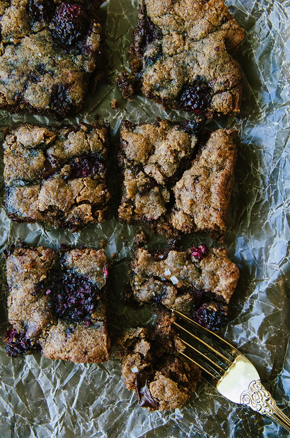 Grain-Free Dark Chocolate Chunk and Blackberry Blondies by @SoLetsHangOut // #glutenfree #paleo #keto #lowcarb #blondies #chocolate #blackberries #dessert